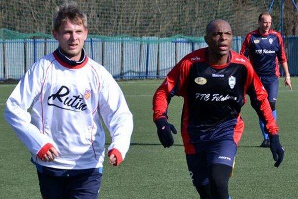 Peter Rutkaj (v bielom) s Brazílčanom Lukasom.
