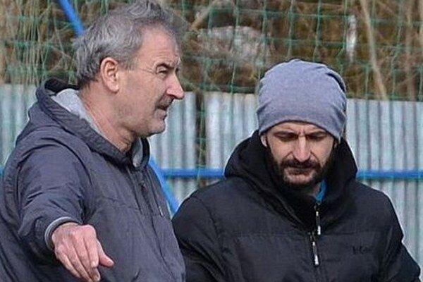 Tréner Vladimír Gooffa (vľavo) s vedúcim mužstva Attilom Domíkom.