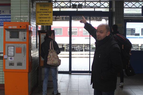 Hlas Jana Homolku nahradil ženský hlas na staniciach.