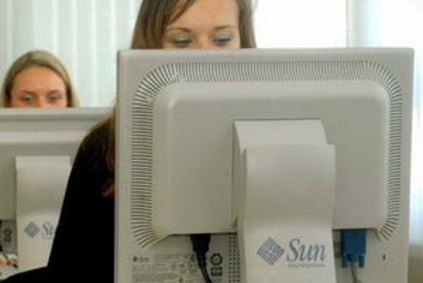 Radnice miest plánujú využiť v boji proti dlžníkom internet.