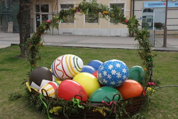 Tri veľkonočné vajíčka zkošíka zdobili prievidzské deti.