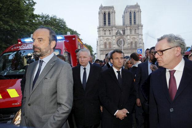 Na miesto požiaru prišiel aj francúzsky prezident Emmanuel Macron.