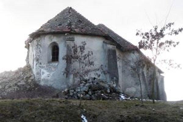 Kostol v Zacharovciach, na ktorom spadla 35-metrová veža, z roka na rok chátra.