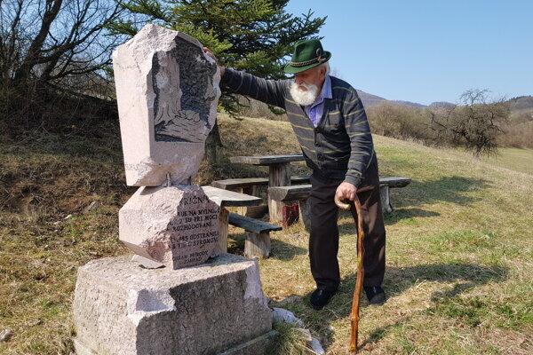 Štefan Wolf - Slameníkov pri jednom zo svojich pomníkov.