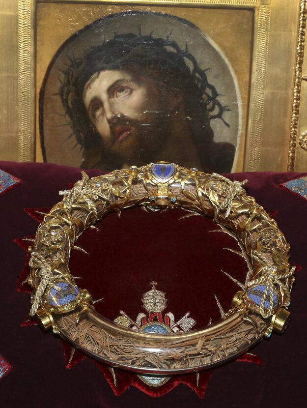 Tŕňová koruna, ktorú niesol údajne na hlave počas ukrižovania Ježiš Kristus a ktorá bola od roku 1239 vystavená v parížskej katedrále Notre Dame. Parížska starostka Anne Hidalgová oznámila, korunu sa vďaka obetavosti hasičov a ďalších ľudí podarilo spolu s ďaľšími vzácnymi relikviami zachrániť.