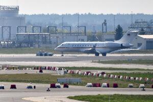 Lietadlo typu Bombardier Global 5000, ktoré je súčasťou nemeckej vládnej letky na berlínskom letisku Schönefeld v utorok 16. apríla 2019.