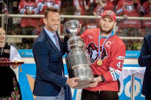 Šéf súťaže Richard Lintner odovzdáva trofej kapitánovi Banskej Bystrice Tomášovi Surovému.