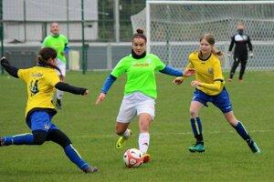 Oravský Podzámok (v svetlo zelených dresoch) vyhral zatiaľ oba jarné zápasy.