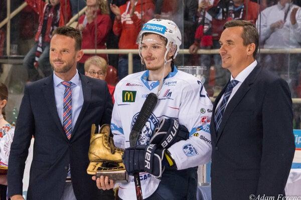Takto 20-ročný Samuel Buček včera pózoval s najväčším úspechom svojej (zatiaľ) krátkej hokejovej kariéry.