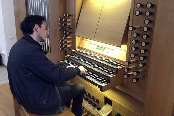 Vincent Dubois, organista na Veľkom organe v Katedrále Notre-Dame v Paríži, hrá na organe na konzervatóriu v Štrasburgu.
