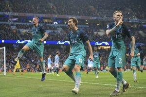 Hráči Tottenhamu oslavujú tretí gól proti Manchestru City.