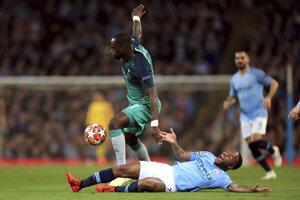 Moussa Sissoko obchádza Raheema Sterlinga.