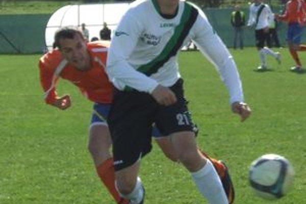Roman Balaško (v bielom) zrovnal polčasové skóre v zápase Ružiná verzus Trebišov.