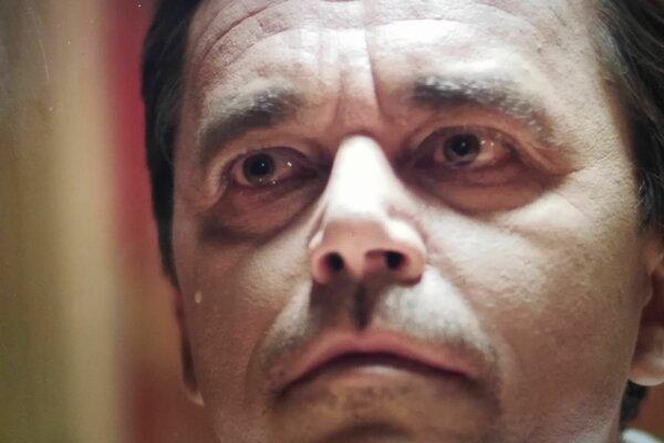 Hlavnú úlohu stvárňuje Roman Pomajbo.