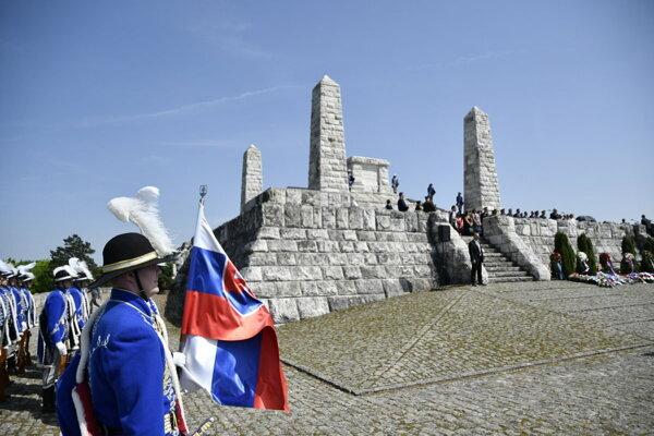 Na snímke príslušníci čestnej stráže počas celoslovenskej spomienkovej slávnosti pri príležitosti 99. výročia tragickej smrti generála Milana Rastislava Štefánika na Bradle.