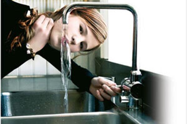 Na zabezpečenie pitného režimu pre zamestnancov vo väčšine prípadov stačí napríklad aj prístup k bežnej pitnej vode z verejnej vodovodnej siete na mieste výkonu práce.