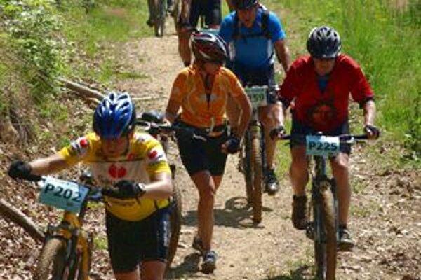Trate vedú prevažne po lesných a poľných cestách.