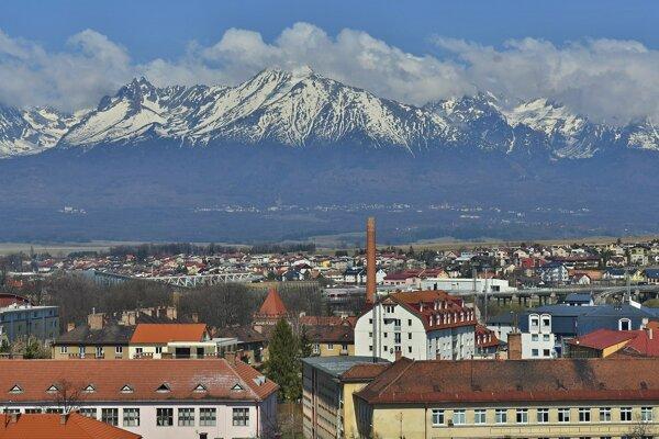 Z veže Kostola svätého Egídia vidieť Vysoké Tatry, časť centra Popradu a mestskú časť Poprad-Veľká.