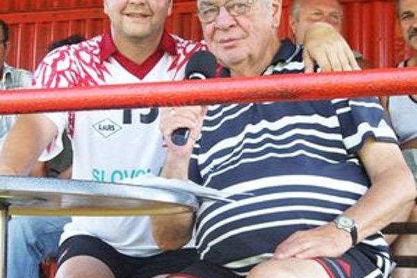 Medzinárodný futbalový arbiter Pavel Olšiak (na trávniku sa predstavil v drese Poltárskych bleskov) s nestárnucim Karolom Polákom.