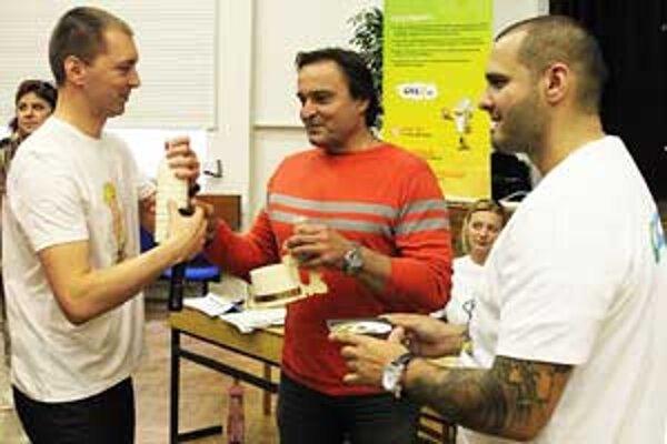 Scenárista Miroslav Drobný pokrstil úspešný projekt spolu s Rytmusom a hercom Jozefom Vajdom, ktorý nahral hlasy postavičiek v slovenčine.