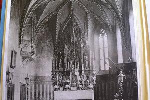 Takto vyzeral interiér kostola po úpravách v rokoch 1906 – 1907.