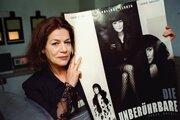 Na snímke z 21. apríla 2000 pózuje známa nemecká filmová a televízna herečka Hannelore Elsnerová s plagátom jedného z jej filmov vo Frankfurte nad Mohanom.
