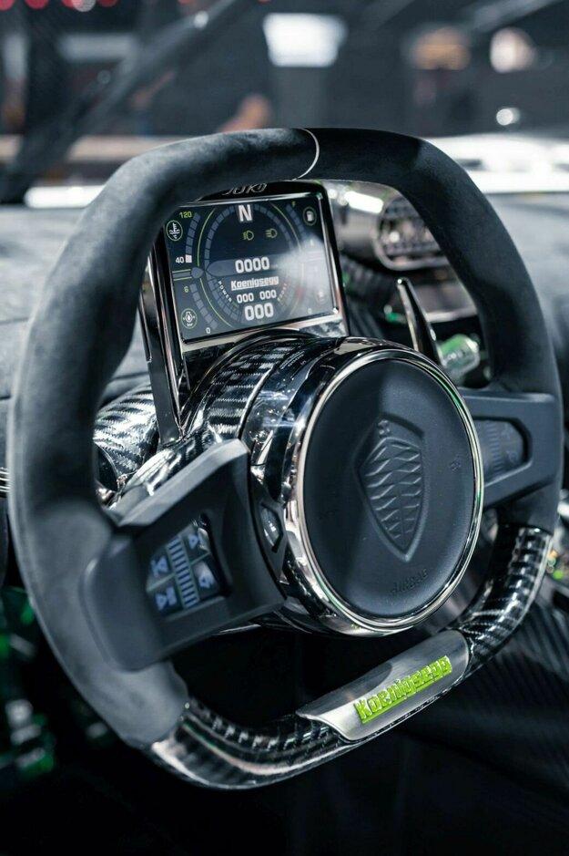 Cez volant so sploštenou hornou a dolnou časťou vidno na malý displej, ktorý sa otáča s volantom a zobrazujú sa na ňom základné informácie o vozidle.