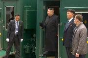Kim vychádza zo svojho obrneného vlaku.