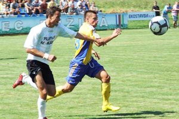 Kanonier Ružinej Mário Kurák (v bielom) sa v dueli proti košickej rezerve blysol dvoma gólmi.