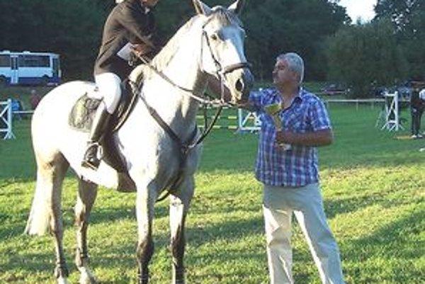 Jazdci zabojujú o Cenu obce Závada, ktorú víťazovi odovzdá starosta Miroslav Kalmár.