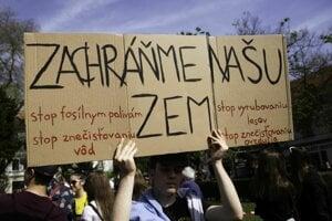 Študenti protestujú na Námestí SNP v Bratislave.