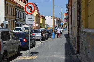 Pri budúcej rekonštrukcii by sa mal koncept ulice zjednotiť.