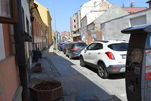 Povrchy chodníkov a oddelenie od vozovky by sa mali naprieč ulicou zjednotiť.