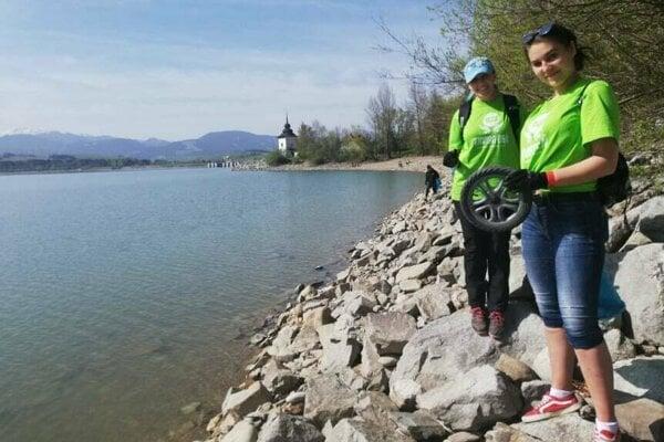 Dobrovoľníci na piatom ročníku envirodňa na Liptovskej Mare.