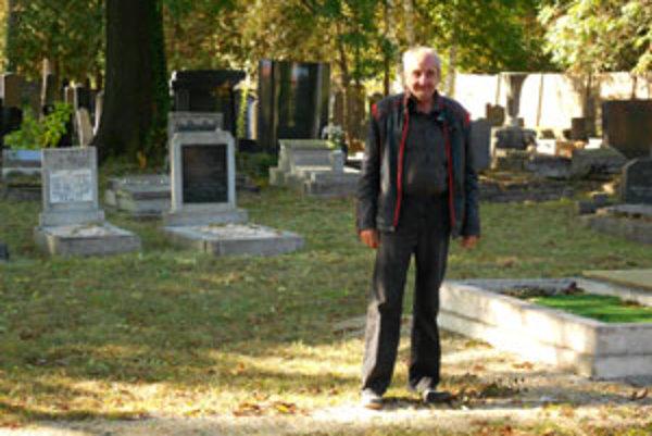 Cintorín pred vandalmi chráni správca Ldislav Karásek.