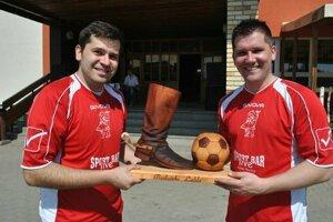 Martin (vľavo) a Ján s trofejou, o ktorú sa bude bojovať.