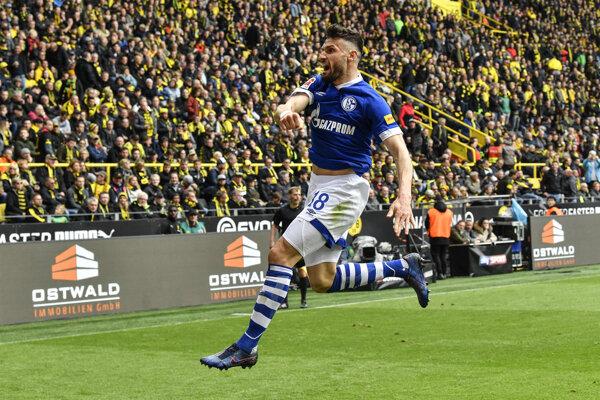 Daniel Caligiuri zo Schalke 04 oslavuje gól v zápase proti Borussii Dortmund.