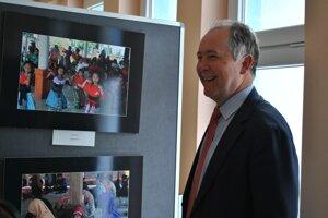 Autorom fotiek je Pavol Demeš, bývalý minister medzinárodných vzťahov Slovenskej republiky a poradca prezidenta SR