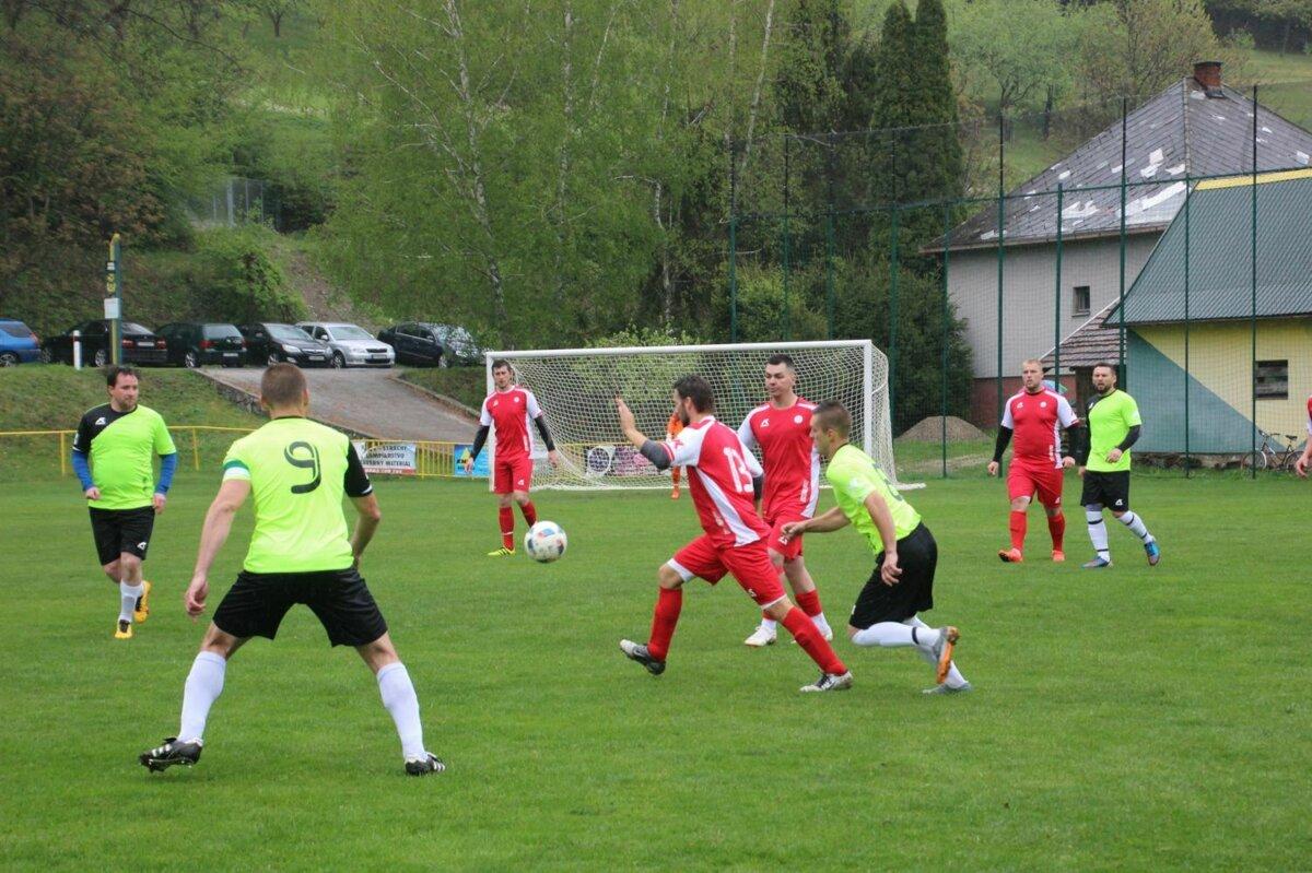 7ec0370d738ba Súboj Hornej Poruby (v zelenom) s Košecou priniesol veľmi dobrý futbal.