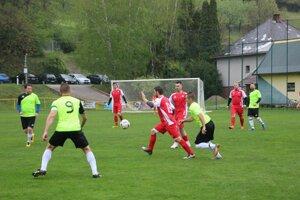 Súboj Hornej Poruby (v zelenom) s Košecou priniesol veľmi dobrý futbal.
