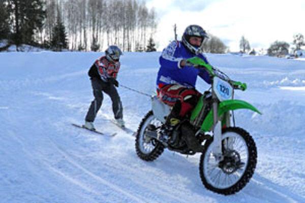 Motoskijering absolvovali jazdci slovenskej motokrosovej špičky v areáli Lúčky pri Brezne.