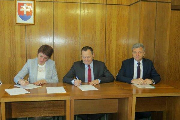 Za slovenskú stranu podpísala zmluvu primátorka Sniny Daniela Galandová, za poľskú stranu podpísal zmluvu Wiesław Kąkol, primátor Boguchwały.