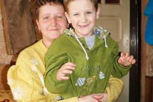 Mama a jej syn prosia dobrých ľudí o nový domov.