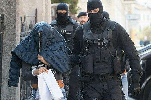 Predvádzanie obvinených pred sudcu ŠTS, ktorý v októbri 2017 rozhodoval o vzatí do väzby.