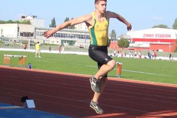 Tomáš Veszelka si v trojskoku mužov zlepšil osobné maximum na solídnych 15,45 m.