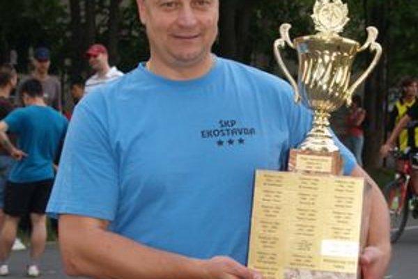 Jaroslav Bystriansky s cennou trofejou.