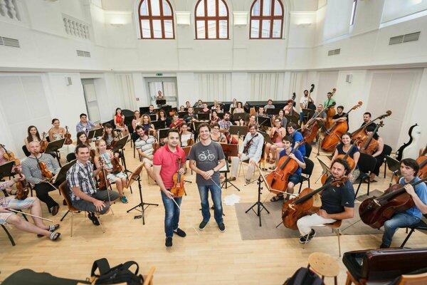 Slovenský mládežnícky orchester spolupracuje s profesionálmi (na snímke v strede huslista Dalibor Karvay a dirigent Martin Majkút)