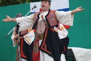 Na pódiu v Ratke sa predstavili folkloristi z rôznych súborov.