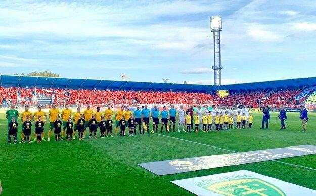 Chlapci z CFT Academy tvorili kolorit nástupu tímov na pohárové finále.