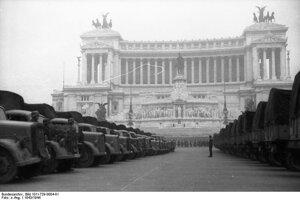 1943:  Transfer umeleckých pokladov pred Monumento Nazionale a Vittorio Emanuele II (Národným pamätníkom Viktora Emanuela II.)